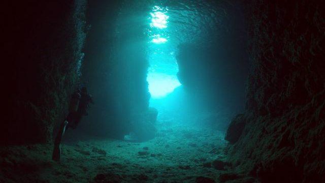 青の洞窟とダイバー
