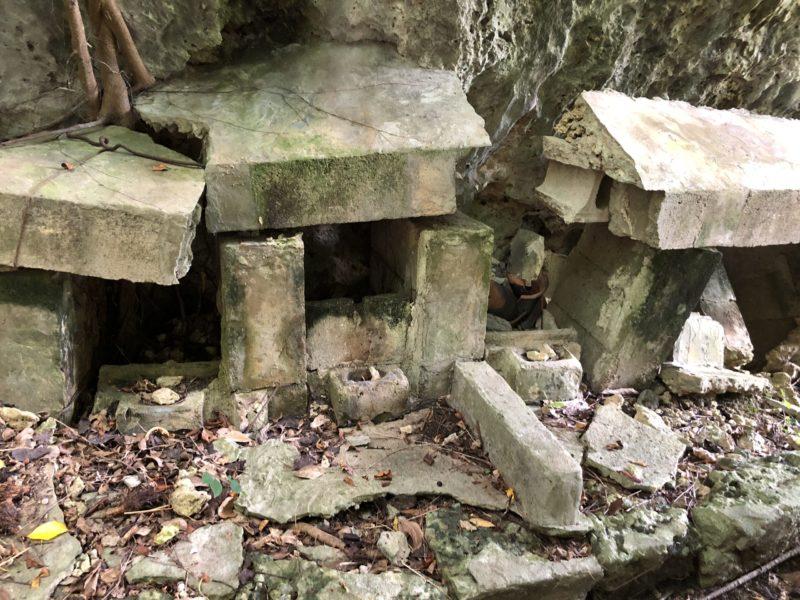 イビ岩(神岩)下にある拝所
